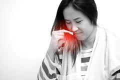 Las mujeres asiáticas están mirando el pelo dañado Imagen de archivo