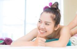 Las mujeres asiáticas están teniendo un buen rato mientras que consiguen masaje en balneario foto de archivo