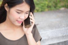Las mujeres asiáticas gozan en llamada de teléfono Imagen de archivo libre de regalías