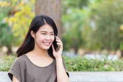 Las mujeres asiáticas gozan en llamada de teléfono Fotografía de archivo