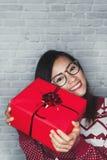 Las mujeres asiáticas son felices de recibir una caja de regalo Foto de archivo