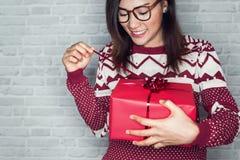 Las mujeres asiáticas son felices de recibir una caja de regalo Imagen de archivo