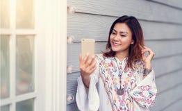 Las mujeres asiáticas son felices de tomar imágenes Foto de archivo libre de regalías