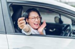 Las mujeres asiáticas son muy felices Imagenes de archivo