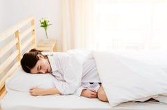 Las mujeres asiáticas todavía están durmiendo por la mañana brillante fotos de archivo libres de regalías