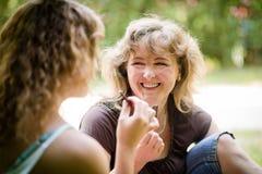 Las mujeres atractivas comen el chocolate, al aire libre Fotografía de archivo libre de regalías