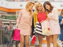 Las mujeres atractivas en la alameda de compras Imágenes de archivo libres de regalías