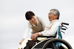 Las mujeres ayudaron a la silla de ruedas Imagen de archivo