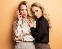Las mujeres bastante hermosas atractivas del retrato dos, estilo de la moda visten Imágenes de archivo libres de regalías