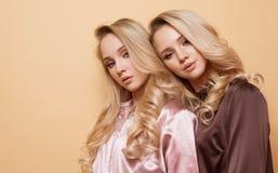 Las mujeres bastante hermosas atractivas del retrato dos, estilo de la moda visten Imagenes de archivo
