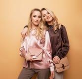 Las mujeres bastante hermosas atractivas del retrato dos, estilo de la moda visten Imagen de archivo