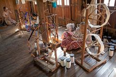 Las mujeres birmanas son spinnig al hilo del loto Fotografía de archivo libre de regalías