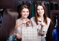 Las mujeres pagan una cuenta con la tarjeta de crédito Imagen de archivo