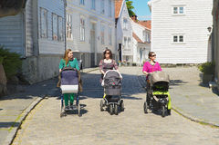 Las mujeres caminan por la calle en Stavanger, Noruega Imagen de archivo
