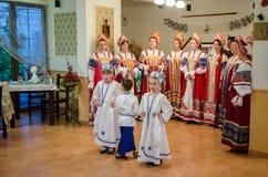 Las mujeres cantan a coro canciones tradicionales del canto Lipovans en el delta Dunarii fotos de archivo