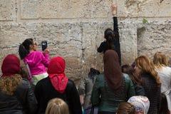 Las mujeres cerca de la pared occidental ruegan y dejan sus notas foto de archivo libre de regalías