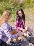 Las mujeres comienzan el fuego con el acero del fuego del magnesio, huelguista del fuego fotografía de archivo