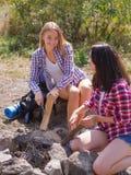 Las mujeres comienzan el fuego con el acero del fuego del magnesio, huelguista del fuego imagen de archivo