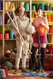 Las mujeres con la colocación kitting delante del hilado desplazan Imagenes de archivo
