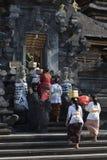 Las mujeres con las ofertas para la ceremonia en el palo de Goa Lawah excavan el templo, Bal Imágenes de archivo libres de regalías