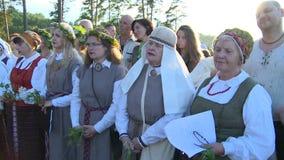 Las mujeres con nacional cantan la canción popular al aire libre metrajes