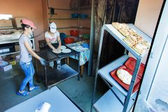 Las mujeres cuecen el pan, Tbilisi, Georgia Estación de verano fotos de archivo libres de regalías