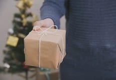 Las mujeres dan sostener la caja de regalo por la Navidad y el Año Nuevo Fotos de archivo libres de regalías