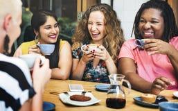 Las mujeres de la diversidad socializan concepto de la unidad juntas foto de archivo