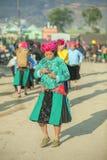 Las mujeres de la minoría étnica van a comercializar Foto de archivo libre de regalías