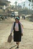Las mujeres de la minoría étnica van a comercializar Imagen de archivo libre de regalías