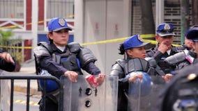Las mujeres de la policía guardan la zona de desastre, afectada por el terremoto