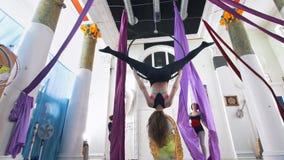 Las mujeres de la tolerancia hacen elementos gimnásticos en el aro y la seda aéreos en un estudio metrajes