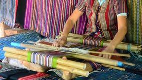 Las mujeres de Laos tejen los paños y el paño de la venta para el viajero de la demostración almacen de video