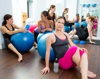 Las mujeres de los pilates de los aeróbicos agrupan tener un resto en la gimnasia Fotografía de archivo libre de regalías