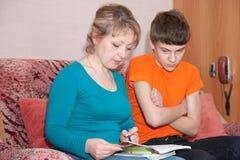 Madre e hijo que hacen la preparación Imagenes de archivo