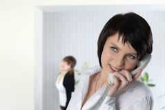 La mujer de negocios joven en la oficina con los colegas Fotos de archivo
