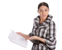 Las mujeres de negocios leyeron el documento fotografía de archivo