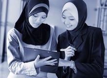Las mujeres de negocios… y su finger está para arriba Fotos de archivo libres de regalías