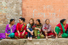 Las mujeres de Newar sientan y aguardan las festividades de Bisket Jatra Foto de archivo