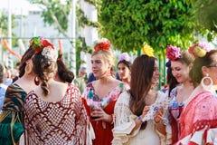 Las mujeres de Oung que llevan flamenco tradicional se visten en April Fair Seville Foto de archivo