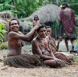 Las mujeres de una tribu del Papuan Fotos de archivo libres de regalías