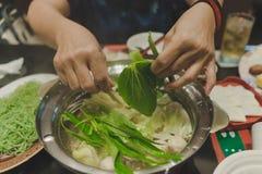 Las mujeres del deporte comen yaki del suki después de ejercicio fotos de archivo