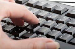 Las mujeres del finger hacen clic los números en el teclado Foto de archivo libre de regalías