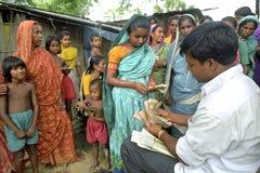 Las mujeres del proyecto del microcrédito ahorran o piden prestado el dinero Foto de archivo
