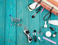 las mujeres del verano fijaron con el bolso de la paja, gafas de sol, carros de la compra, lechuga romana Fotos de archivo libres de regalías