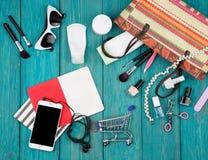 las mujeres del verano fijaron con el bolso de la paja, smartphone con los auriculares, no Imagen de archivo
