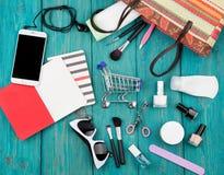 las mujeres del verano fijaron con el bolso de la paja, smartphone con los auriculares, no Imágenes de archivo libres de regalías