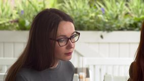 Las mujeres discuten los documentos necesarios para la entrevista y la cámara lenta del nuevo trabajo almacen de metraje de vídeo