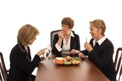 Las mujeres disfrutan de un almuerzo de funcionamiento Fotografía de archivo