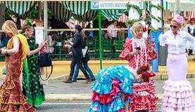 Las mujeres distraídas que llevan flamenco tradicional se visten en April Fair Seville Fotos de archivo libres de regalías